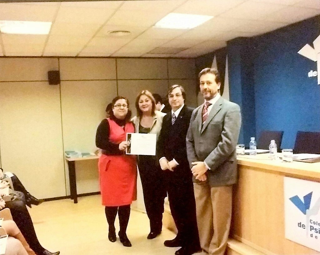 Mónica Pereira recoge el diploma del Reconocimiento como Divulgadora de la Psicología