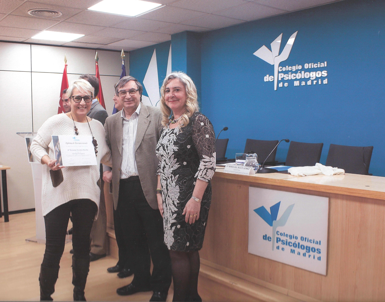 Rosana Pereira recoge el diploma del Reconocimiento como Divulgadora de la Psicología